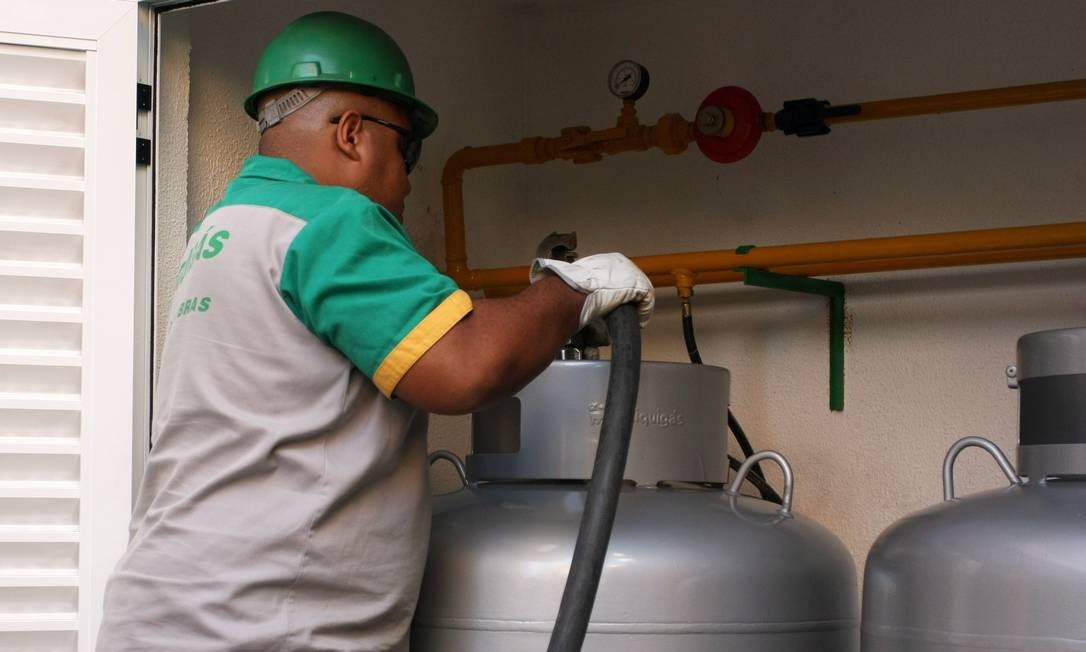 Liquigás abastecendo um tanque de gás em condomínio residencial Foto: Angelo Antonio Duarte / Agência O Globo