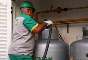Funcionário da Liquigás abastece condomínio em Niterói. Petrobras colocou empresa à venda Foto: Angelo Antonio Duarte / Agência O Globo