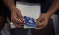 Candidato preenche ficha de informacao enquanto aguarda a entrevista para vaga de emprego Foto: Daniel Marenco / Agência O Globo