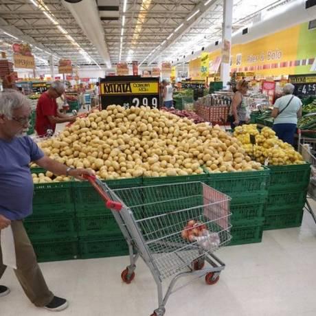 Compras no supermercado: alimentação puxou inflação para baixo Foto: Márcio Alves / Agência O Globo