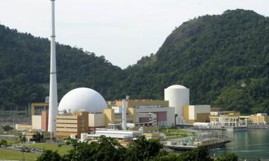 As usinas de Angra 1 e 2 e um galpão com peças das usinas Foto: André Teixeira / Agência O Globo
