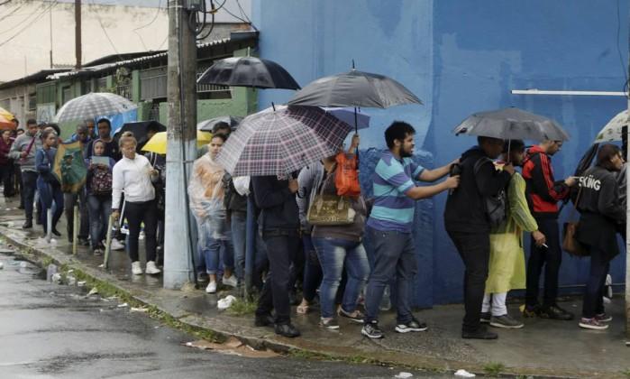 Resultado de imagem para Milhares de pessoas passam a noite em fila de emprego no Rio