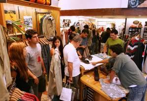 Movimento no shopping Rio Sul. Vendas de roupas Foto: Marco Antônio Teixeira / Agência O Globo