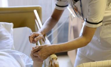 Enfermeira cuida de paciente. Relatório com mudanças na lei de planos de saúde deve ser votado dia 8 de novembro Foto: Akio Kon / Bloomberg