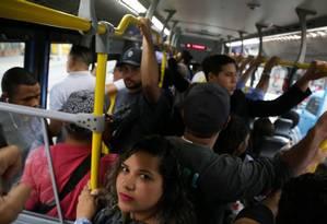 Concentração de empregos no Rio. Karoline de Souza, mora em Paracambí e leva no mínimo 02H30m para chegar ao trabalho. Foto: Custódio Coimbra / Agência O Globo