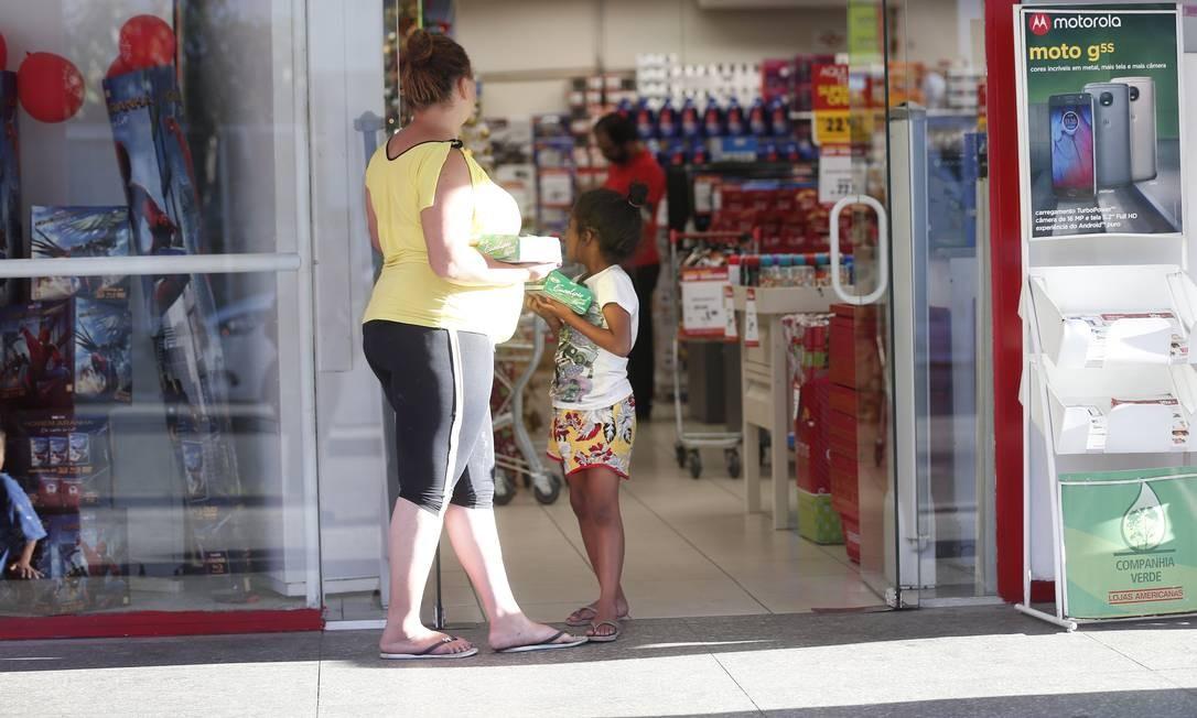 Giovana Cristina da Silva vende doces com a sobrinha Foto: Marcos Alves / Agência O Globo