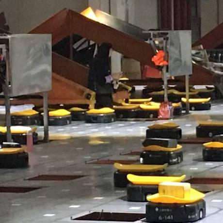 Primeira empresa do mundo a usar robôs para separar suas entregas, a STO agora mira o mercado brasileiro. A empresa fica na cidade de Yiwu, na China. Foto: vIVIAN oSWALD