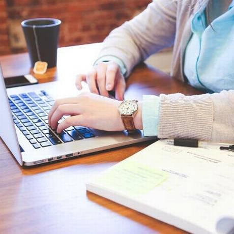 Mulher digitando em notebook Foto: DIVULGAÇÃO