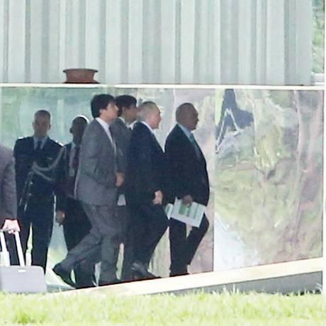 O presidente Michel Temer ao chegar para reunião com Líderes da Base Aliada, no palácio da Alvorada. Foto: Givaldo Barbosa / Agência O Globo
