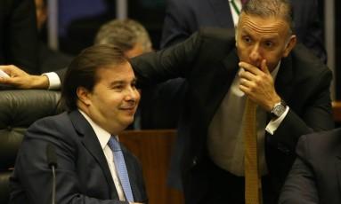 O Presidente da Câmara dos Deputados, Rodrigo Maia (DEM-RJ) durante conversa com o líder do Governo na Câmara Deputado Aguinaldo Ribeiro (PP-PB). Foto: Ailton de Freitas / Agência O Globo