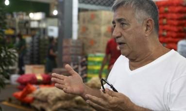 Ronaldo Brito, de 65 anos, está aposentado desde os 55 anos, mas ainda continua trabalhando Foto: Fabio Guimaraes / Agência O Globo