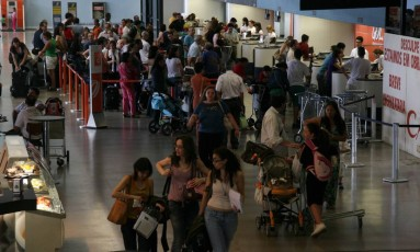 Movimentação de passageiros no Aeroporto de Confins, em Belo Horizonte Foto: Rejane Araujo / Agência O Globo