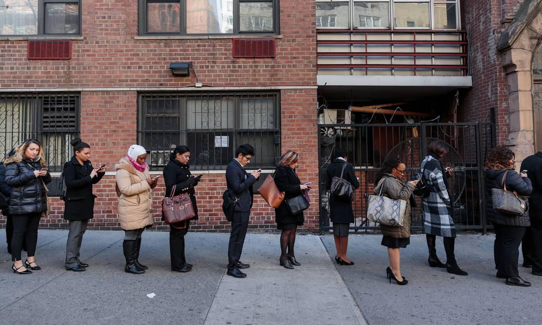 Desde o início das medidas de isolamento nos EUA, mais de 47 milhões de americanos já pediram seguro-desemprego. Na foto, fila de pessoas à procura de trabalho em um posto do estado de Nova York Foto: Sarah Blesener / Bloomberg