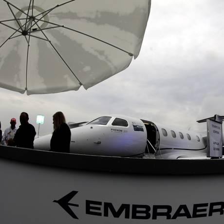 O Embraer Phenom 300 é apresentado durante a Feira de de Negócios em Congonhas, São Paulo em agosto de 2017 Foto: PAULO WHITAKER / REUTERS