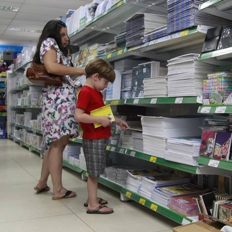 Família pesquisa preço de material escolar em loja no Centro do Rio Foto: Fábio Guimarães / Agência O Globo