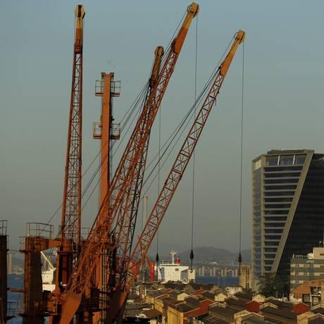 Novo prédio na Avenida Binário do Porto Foto: Marcelo Theobald / Agência O Globo