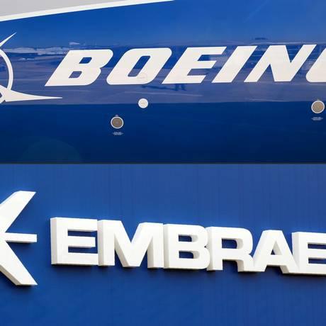 Montagem com os logos da Boeing e Embraer, que discutem parceria Foto: ERIC PIERMONT / AFP