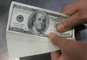 Funcionário de uma casa de câmbio conta notas de dólar. Foto: CHOI BU-SEOK / Reuters