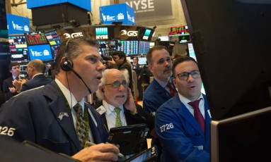 Corretotres da Bolsa de NY no momento do fechamento dos mercados nesta sexta-feira (02/03). As ações americanas caíram, acompanhando o movimento em todo o mundo, por causa da decisão de Trump sobre o aço. Foto: BRYAN R. SMITH / AFP