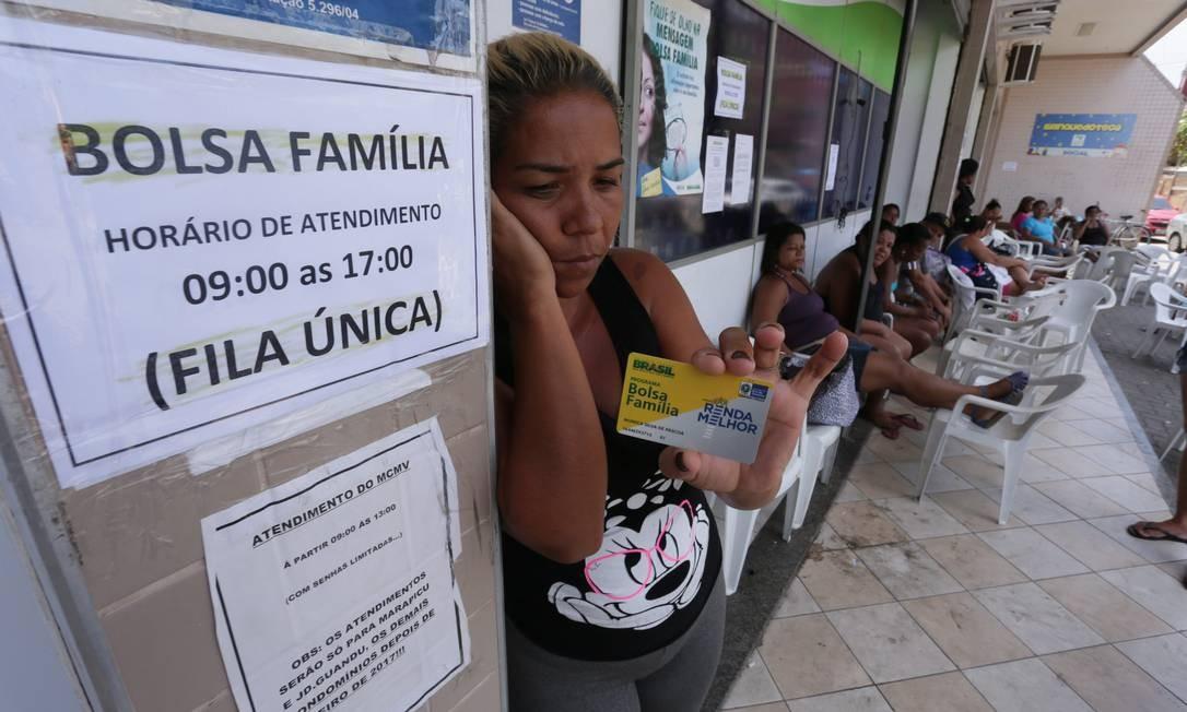 Fila do Bolsa Familia em Nova Iguaçu: parlamentares criticaram a proposta do governo de uso de recursos do Fundeb para financiar o Renda Cidadã Foto: Cléber Júnior / Agência O Globo