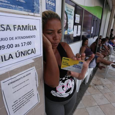 Fila do Bolsa Familia em Nova Iguaçu, baixada Fluminense Foto: Arquivo 28-11-16 / Cléber Júnior / Agência O Globo
