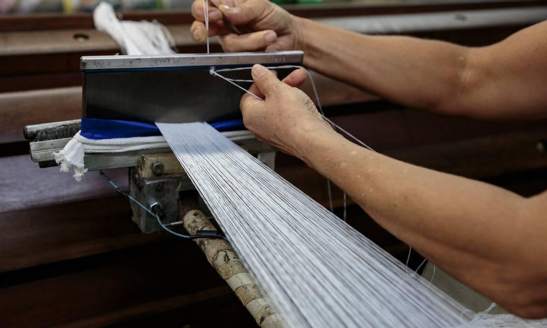 Trabalhadora opera máquina em indústria têxtil de Nova Odessa, em São Paulo Foto: Patricia Monteiro / Bloomberg