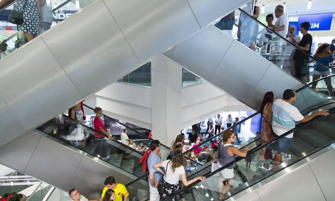 c34b6148c Movimento de clientes em shopping. Na foto, Shopping Rio Sul, em Botafogo,