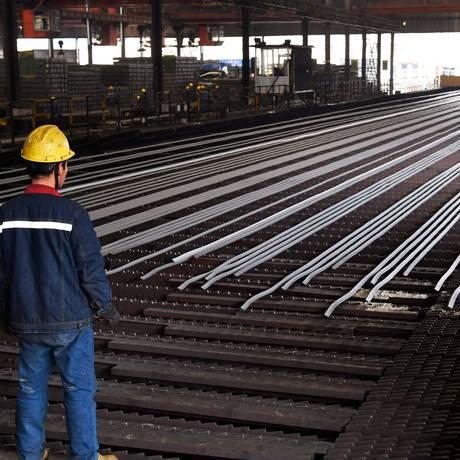 Trabalho em fábrica de aço em Zouping, na província de Shandong, na China. Foto: AFP Foto: Agência O Globo