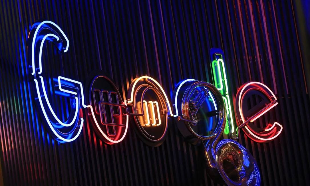 Logo da google iluminado em uma conferência na Alemanha Foto: Krisztian Bocsi / Bloomberg