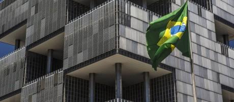 Bandeira brasileira em frente à sede da Petrobras, no Rio. Foto: Dado Galdieri / Bloomberg