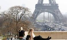 Turistas aproveitam dia de sol em Paris Foto: Charles Platiau / Reuters