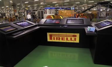 ECO - Painel de controle, também chamado de cockpit, da linha de produção da Pirelli na unidade 4.0 em Feira de Santana inspirado em telões da fórmula 1...Funcionários conseguem antecipar e prevenir problemas com máquinas, que enviam informações sobre eventuais problemas. Foto: Divulgação