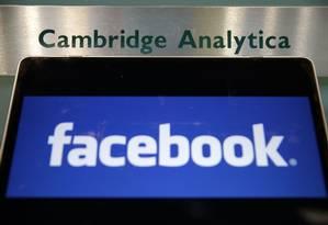 A laptop mostra o logo do Facebook e da Cambridge Analytica Foto: DANIEL LEAL-OLIVAS / AFP