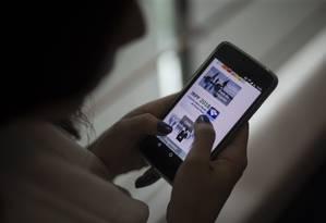 Contribuinte confere informações sobre Imposto de Renda 2018. Foto: Alexandre Cassiano / Agência O Globo
