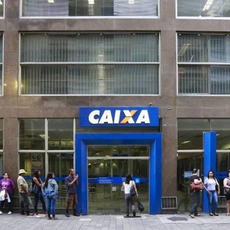 Saque do PIS é realizado na Caixa Econômica Federal Foto: Edilson Dantas / Agência O Globo