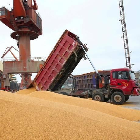 Trabalhadores descarregam soja no Porto de Nantong, na província de Jiangsu Foto: - / AFP