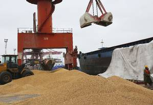 Trabalhadores do porto de Nantong, na China, carregam soja importada do Brasil Foto: AP