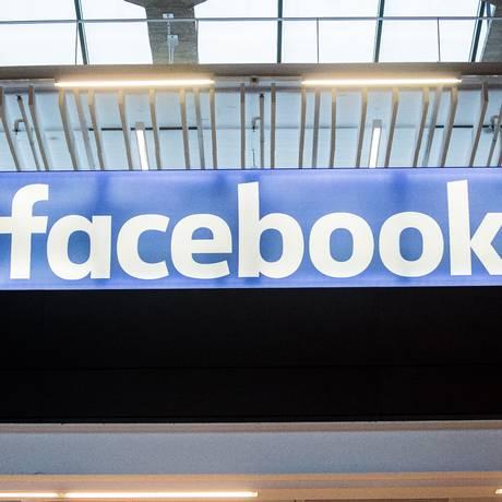 Logo do Facebook em um mega-campo de start-ups em uma estação de trem, em Paris. Foto: Christophe Morin / Bloomberg