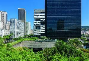 Os jardins do prédio do BNDES, no Rio Foto: leonardo finotti / Agência O Globo