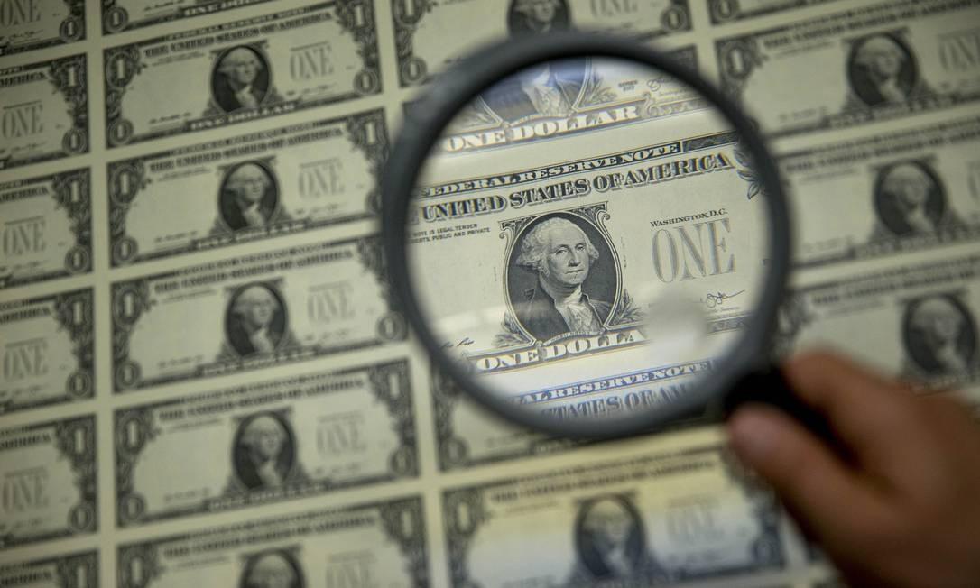 Notas de dólar, a moeda oficial dos Estados Unidos Foto: Andrew Harrer / Bloomberg