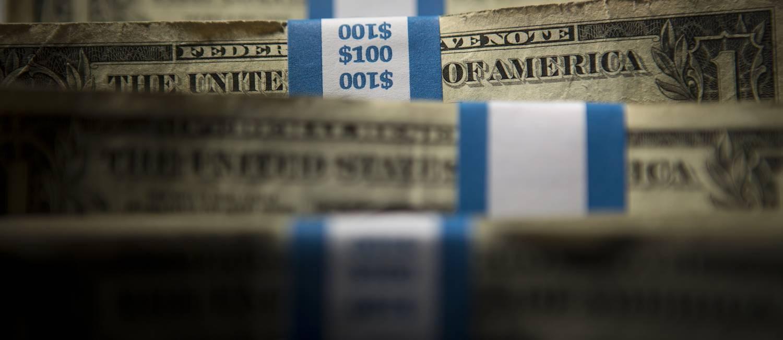 Pacotes com notas de US$ 1. Foto: Scott Eells / Bloomberg