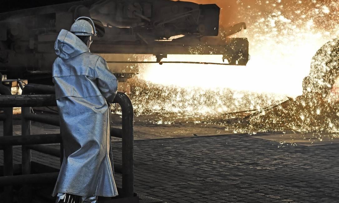 Trabalhador de uma usina siderúrgica Foto: Martin Meissner / AP