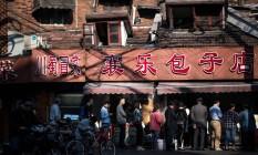 Dados de inflação na China devem mostrar desaceleração. Na imagem, consumidores fazem fila para comprar comida em Xangai. Foto: Johannes Eisele / AFP