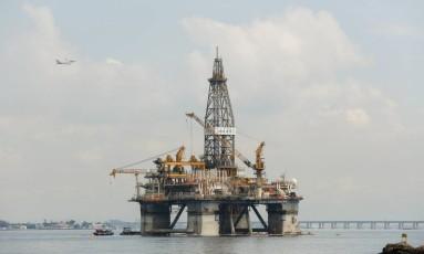 Plataforma de petróleo na praia de Boa Viagem, em Niterói Foto: Brenno Carvalho / Agência O Globo