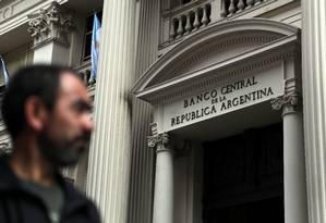 Homem caminha em frente ao Banco Central argentino Foto: MARCOS BRINDICCI / REUTERS