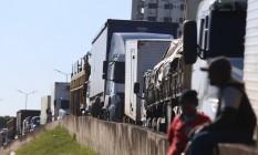Paralisação dos caminhoneiros: protesto nas margens da rodovia Rio-Manilha deixa o trânsito intenso no local. Foto: Fabiano Rocha / Agência O Globo