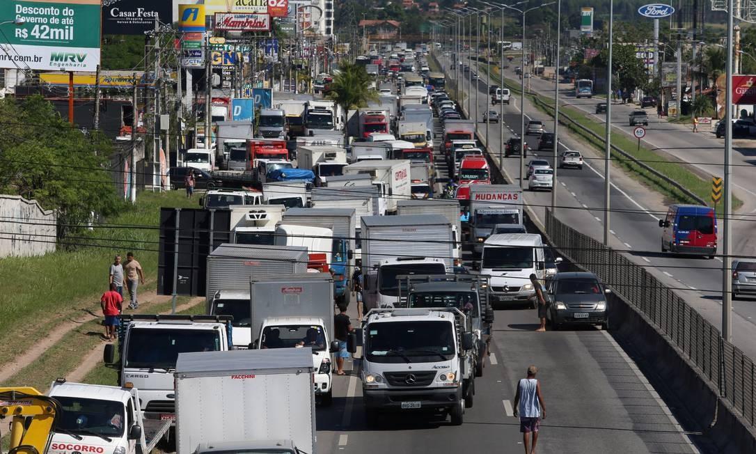 Caminhoneiros fazem protesto nas margens da Rio-Manilha Foto: Fabiano Rocha / Agência O Globo