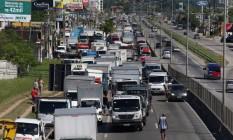Caminhoneiros fazem protesto nas margens da Rio-Manilha e deixam o trânsito pesado no local. Os motoristas protestam contra a alta nos combustíveis e nos pedágios. Foto: FABIANO ROCHA / Agência O Globo