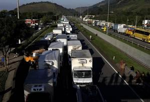 Caminhoneiros bloqueiam a BR-116, no trecho próximo a Guapimirim, no Rio de Janeiro Foto: Ricardo Moraes / Reuters