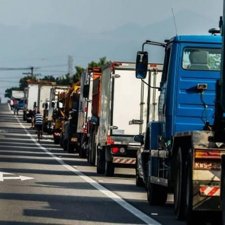 Caminhoneiros parados na BR-101 durante a greve de caminhoneiros, em maio de 2018 Foto: Marcelo Régua